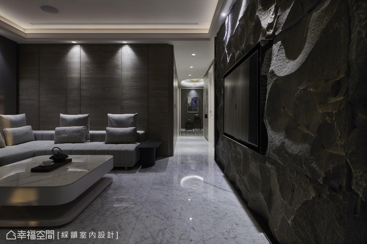 起居室運用深色石材與木皮於洗牆燈映照下,譜寫出沉穩休憩的空間氣息。