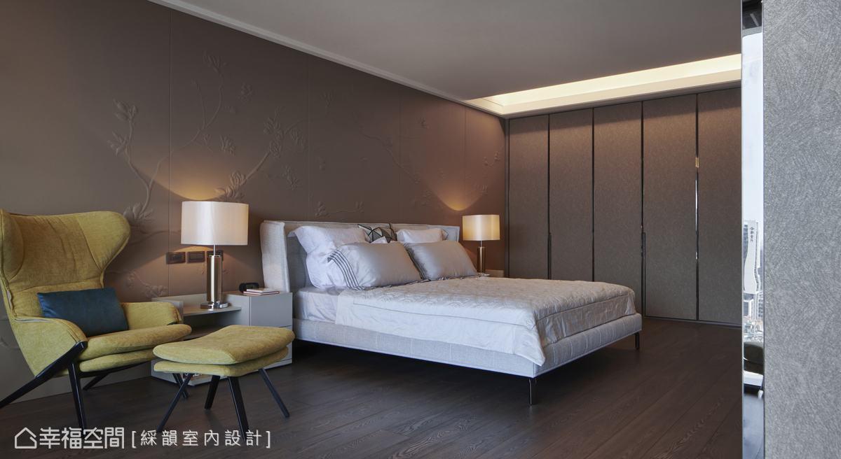 暖棕色調的皮革浮雕床背牆,烘托寢臥溫潤質感,搭配硅藻土壁紙佐鍍鈦金屬收邊的衣櫥設計,呈現簡約立面表現,又兼具防潮機能。