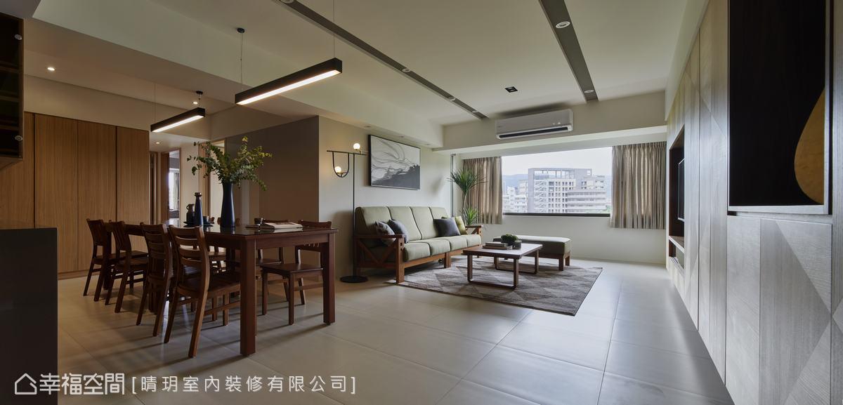 書房一側保有充足隱私,提升閱讀、工作時的專注力,同時也與客廳的光明形成明暗對比。