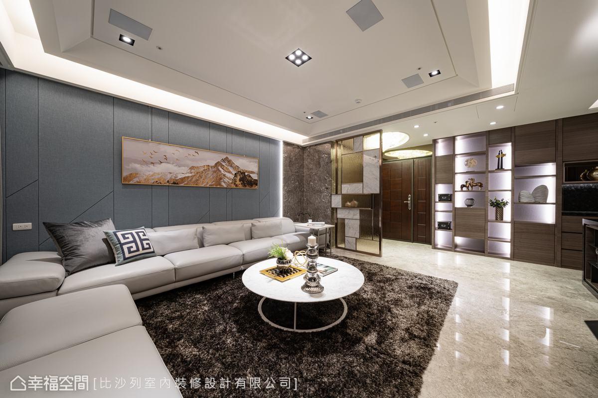 沙發背牆融合繃板、大理石材質及溝縫設計賦予居家現代時尚表情。