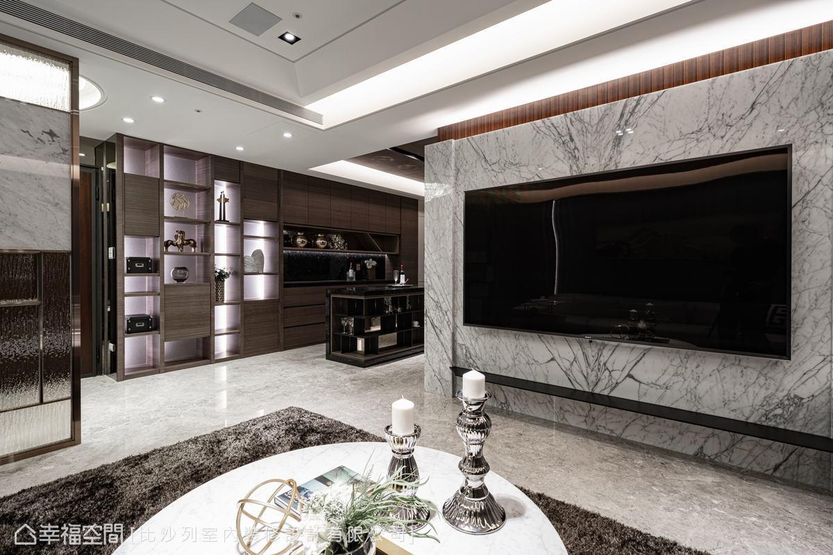 雕刻白大理石與鋼烤木皮共構冷暖平衡的和諧視覺,傳遞淡雅簡約的室內美學。特別雕鑿出的高低差,具有遮擋雜亂線路,維持俐落線條的實用性。