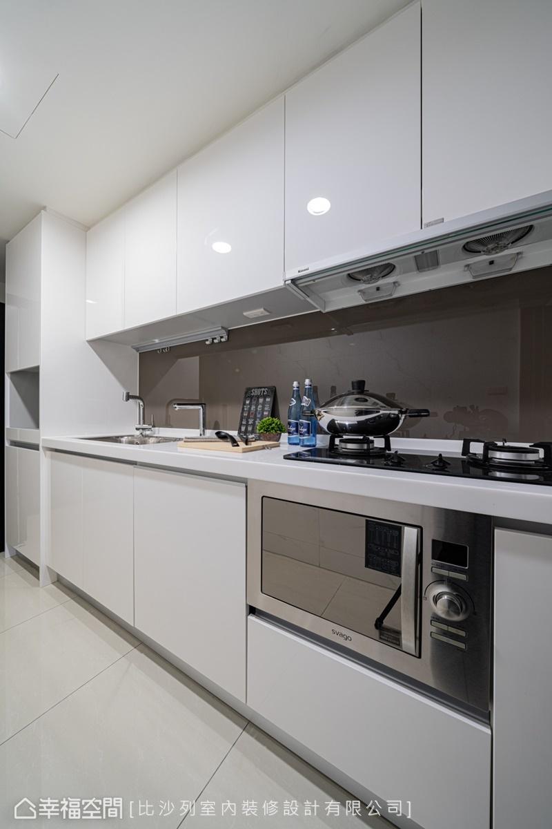 系統櫥具賦予完備機能,使烹調流程更順暢,其白色門板更有虛化量體存在感,構畫亮潔優雅觀感的作用。