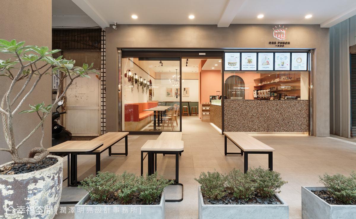 等候區配置木質桌椅,帶出自然休閒感;清透玻璃門面則透顯出廚房區域窗明几淨的專業度。
