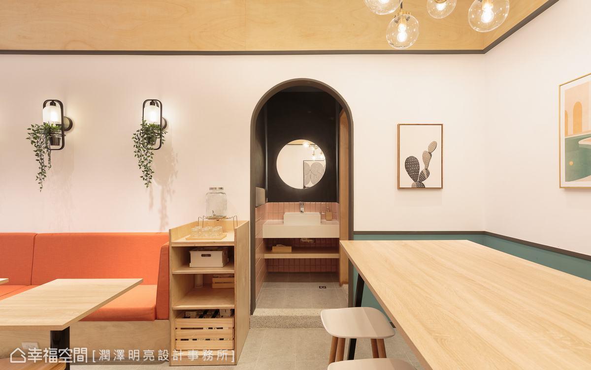 衛浴空間牆面刷塗成深色呼應店鋪招牌、界定出場域,同時對比出空間張力。