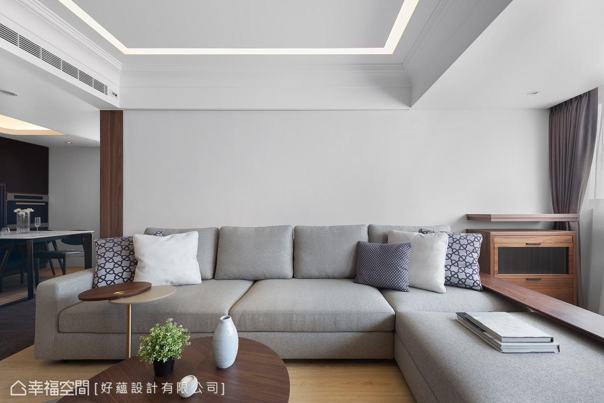 客廳沒有太多零碎裝飾,素雅的灰色沙發與天花的線性燈帶相佐,鋪敘簡潔凝鍊感受。