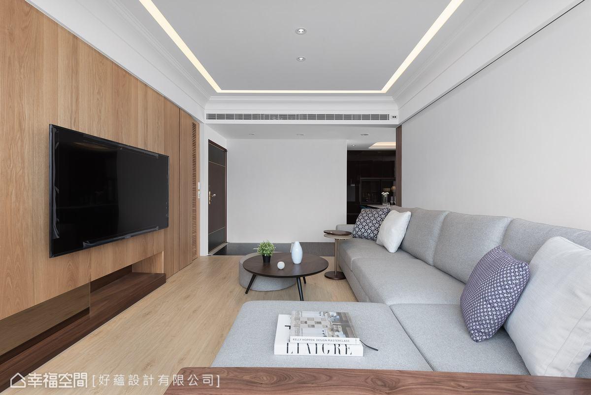 公領域以木地板醞釀家的溫度,在大門處則保留原有地坪,劃出簡單的玄關落塵區。
