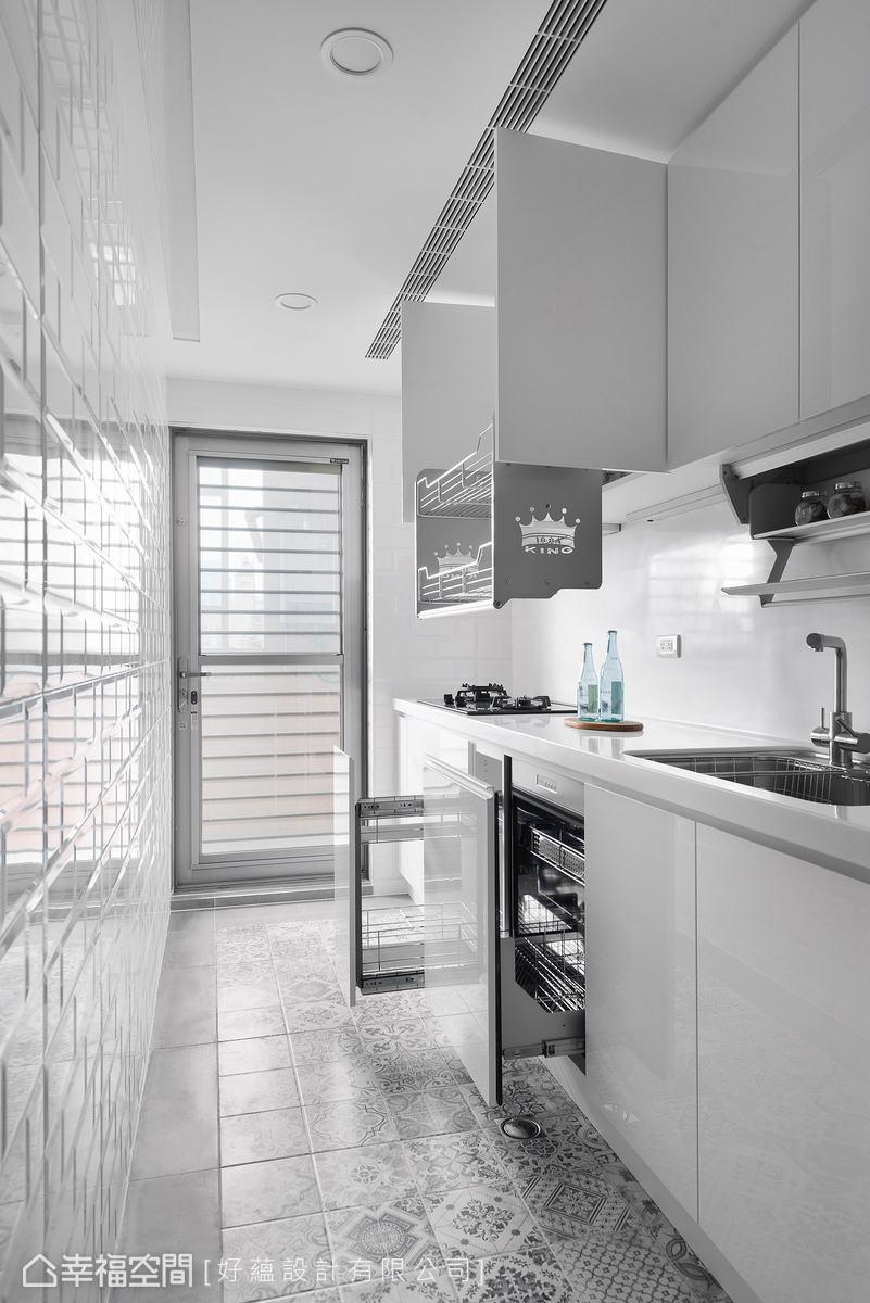 空間不大的一字型廚房,設計師在上下櫃隱藏大量收納,貼心的升降式收納架讓物品拿取更容易。