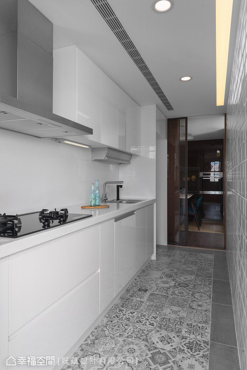 清爽的灰、白為廚房主色調,以花磚地坪與地鐵磚立面,為簡潔空間塑造優雅層次。