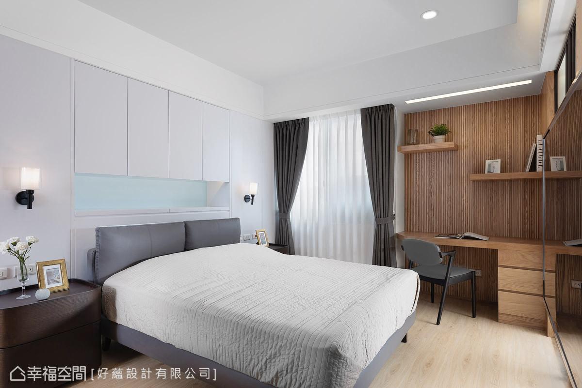 床頭利用樑下空間設置收納櫃,在配色上以清爽簡潔為主,利用淺藍跳色形塑層次感。