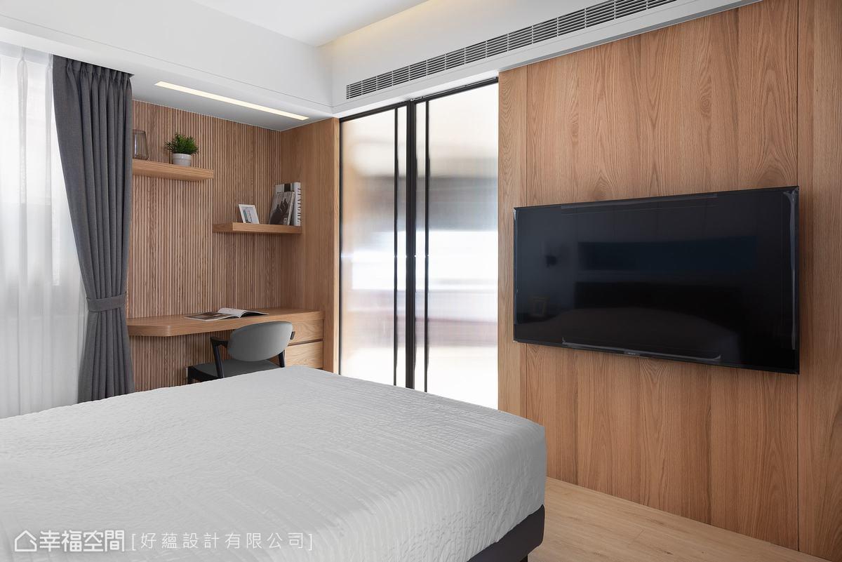 電視牆與書桌皆鋪以木皮,書桌牆層架與格柵設計,讓空間更有立體感。