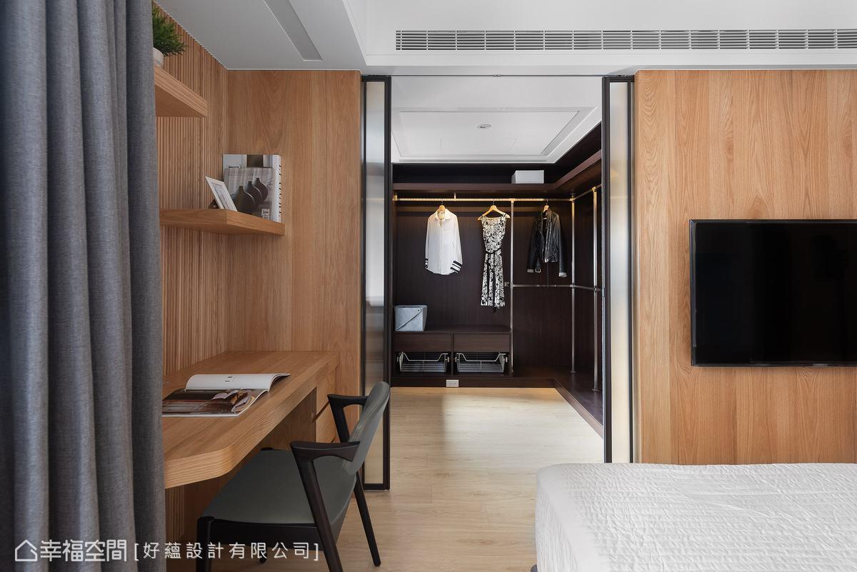 拉門後方為更衣室,壓花玻璃可保留更衣室的隱私,同時也能引光入室,維持光線通透。