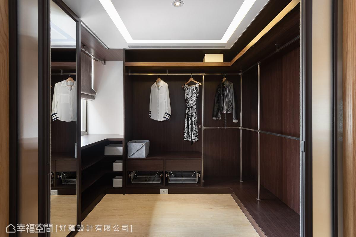 由於屋主需要大量的衣物收納,設計師將原本的小房間改為更衣室,加強坪效運用。