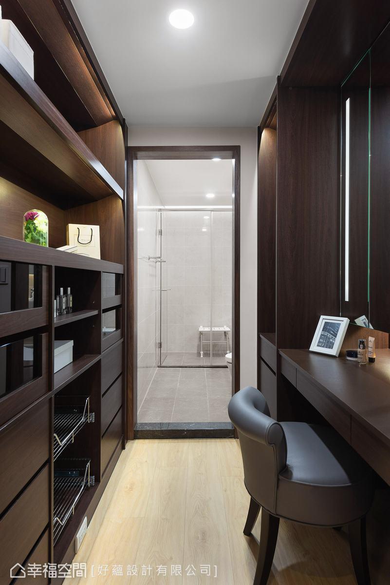 主臥通往衛浴處是原有的小更衣室,並配有梳妝台,實用機能非常完整。