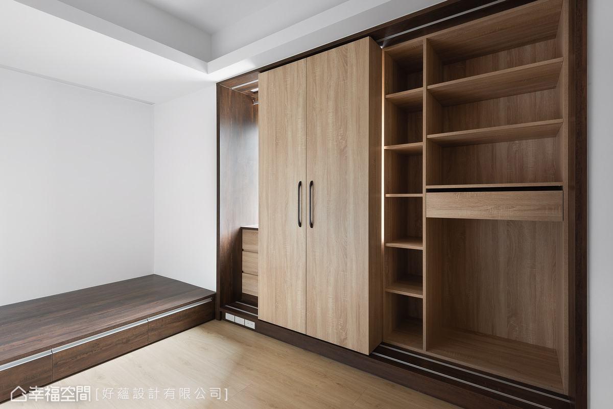 設計師利用大樑下方規劃收納櫃,並配置滑軌可移動櫃體,方便收納更大型,如行李箱、厚棉被等物品。