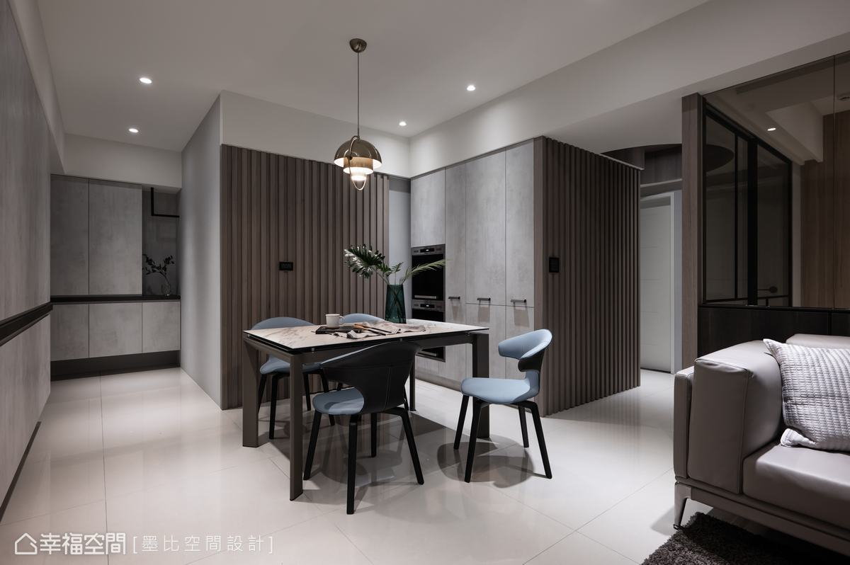 墨比空間設計運用兩面木格柵立面營造視覺層次外,實質更隱藏了廚房與儲藏室門片。
