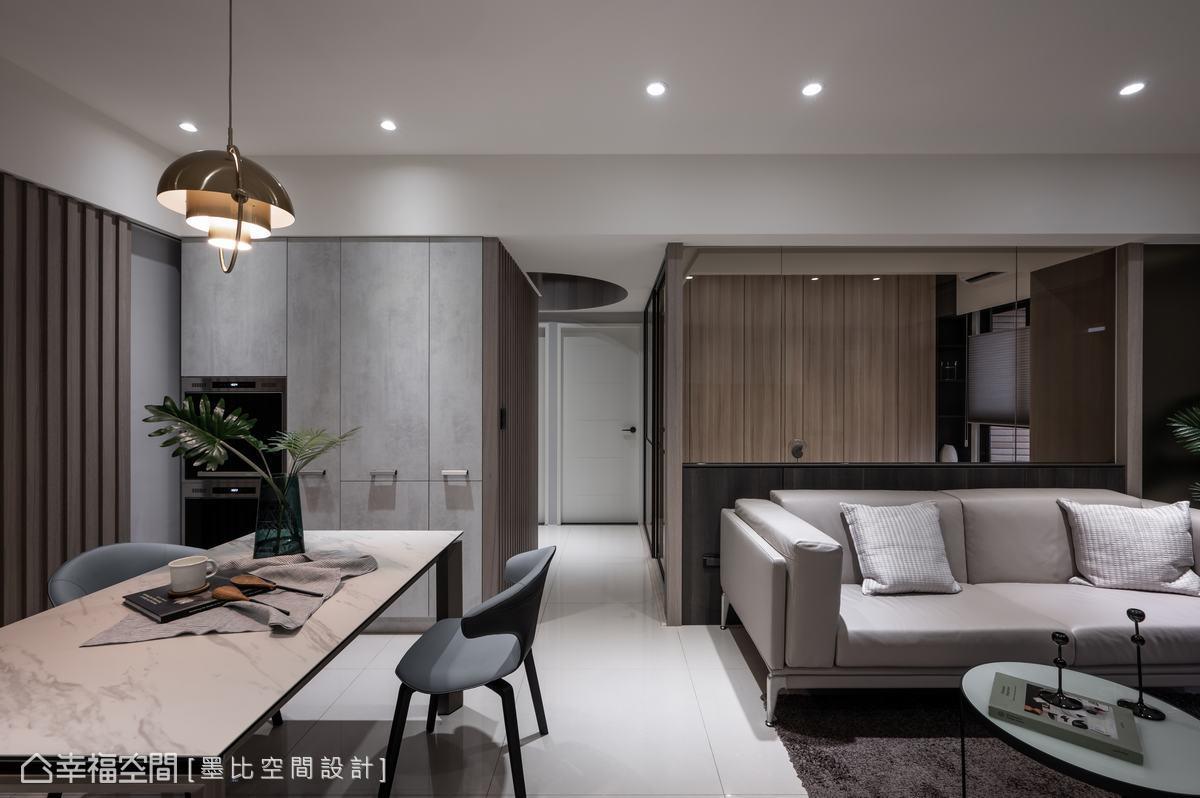 強化現代風格意象與空間溫潤感,木質立面與灰階收納櫃,帶出淡雅人文氣息。