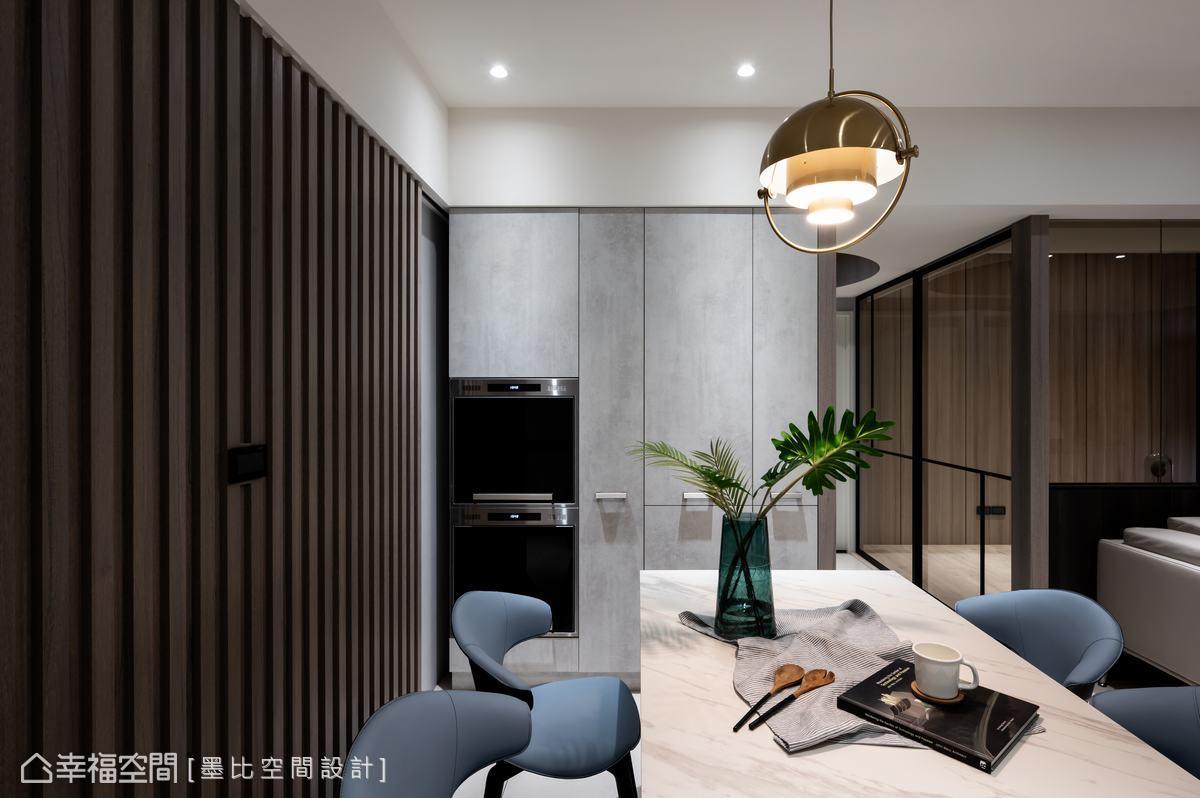俐落的水泥灰色調修整餐廳區電器櫃的立面設計,兼顧視覺美感與機能性。