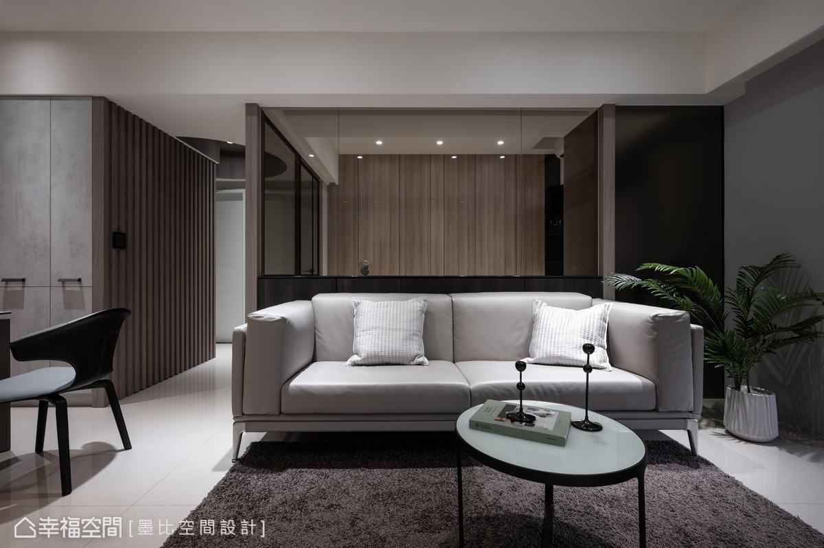 沙發背牆使用茶玻營造穿透視感,映襯多功能室木紋背牆色調,搭配右側氟酸茶鏡牆面,豐富空間層次表情。
