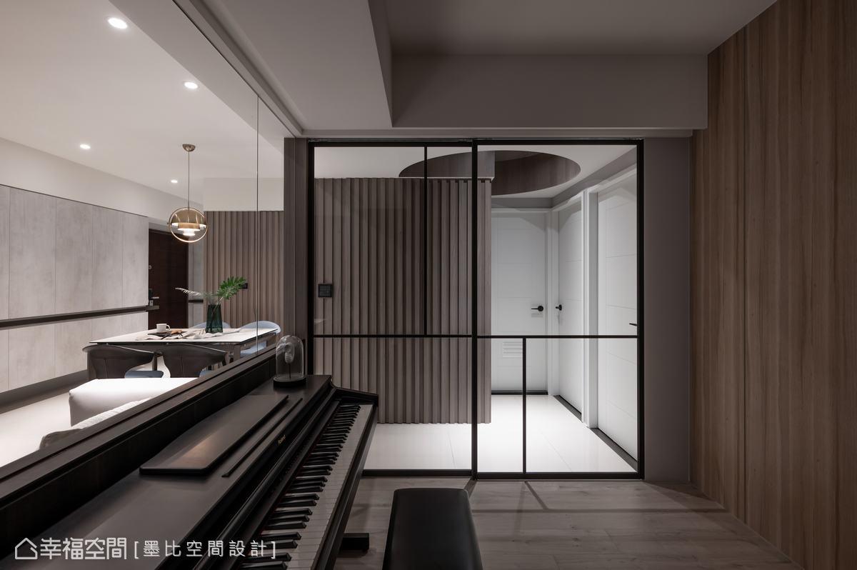 進入私領域空間的天花板設計,黎博堯設計師利用圓型造型修飾上方大樑,同時也表述「凝聚」的意象。