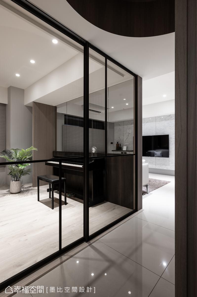 運用玻璃隔間打造的多功能室,提供屋主一處既可獨立使用的休閒空間,半開放設計又能保有互動性。