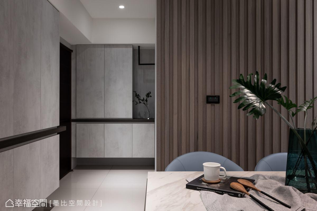 以水泥灰板材作為收納櫃色調,表現極簡設計感,搭配L型鐵件吊掛架設計,則營造端景視覺。