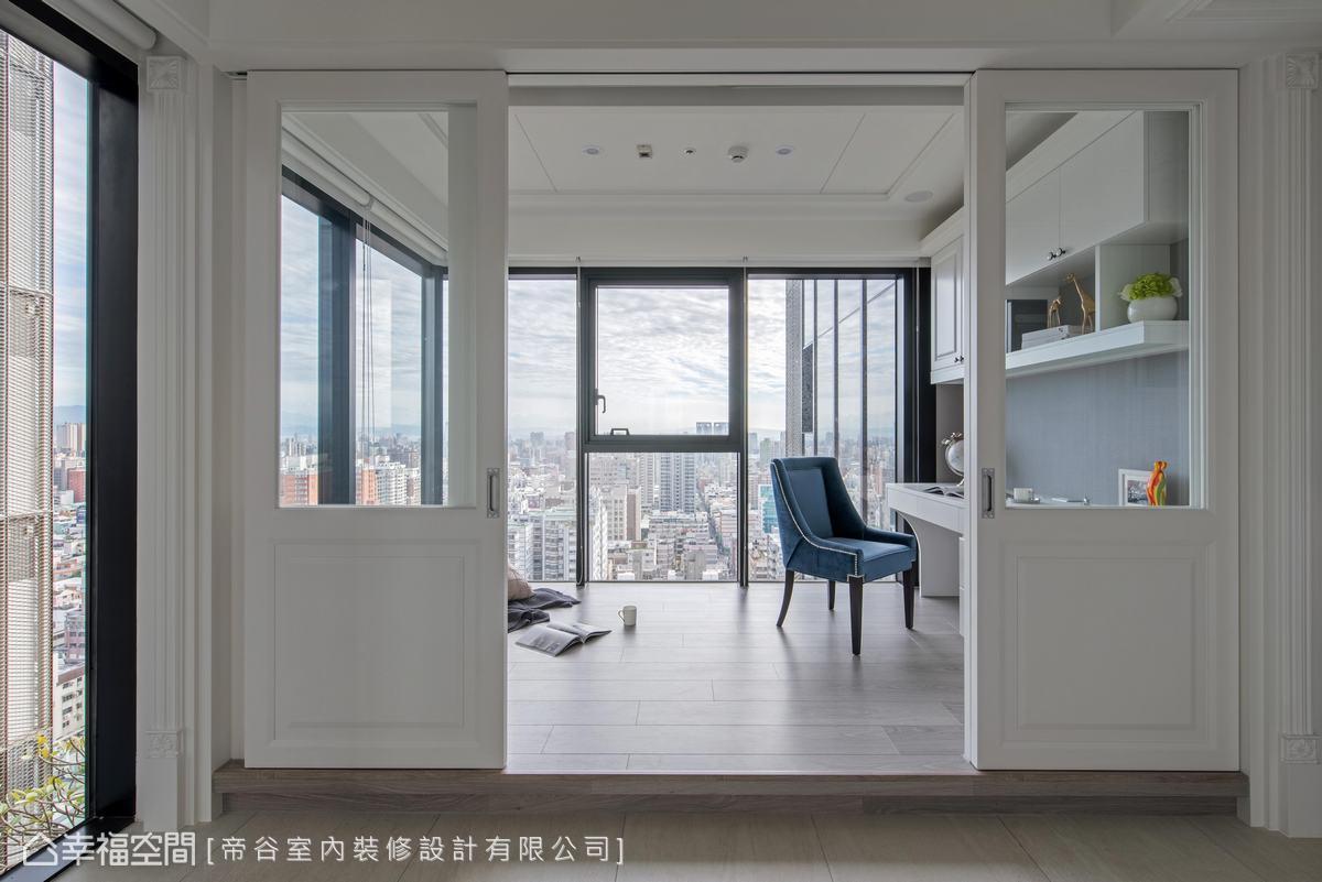 大面觀景窗讓屋主不僅能在此閱讀、辦公,還能與家人在此享受陽光洗滌,觀景暢聊,度過愜意美好時光。