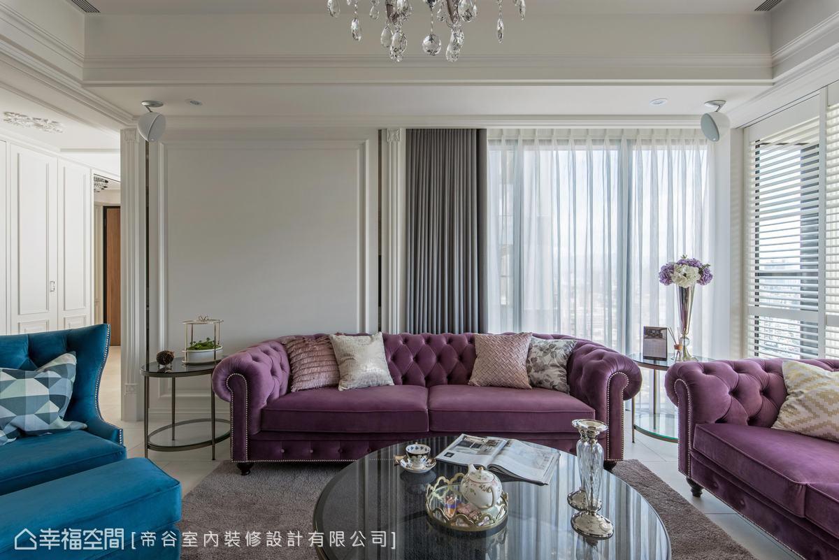 以白色為底的純淨空間,襯托出拉扣沙發的優雅古典氣息,營造唯美法式情調。