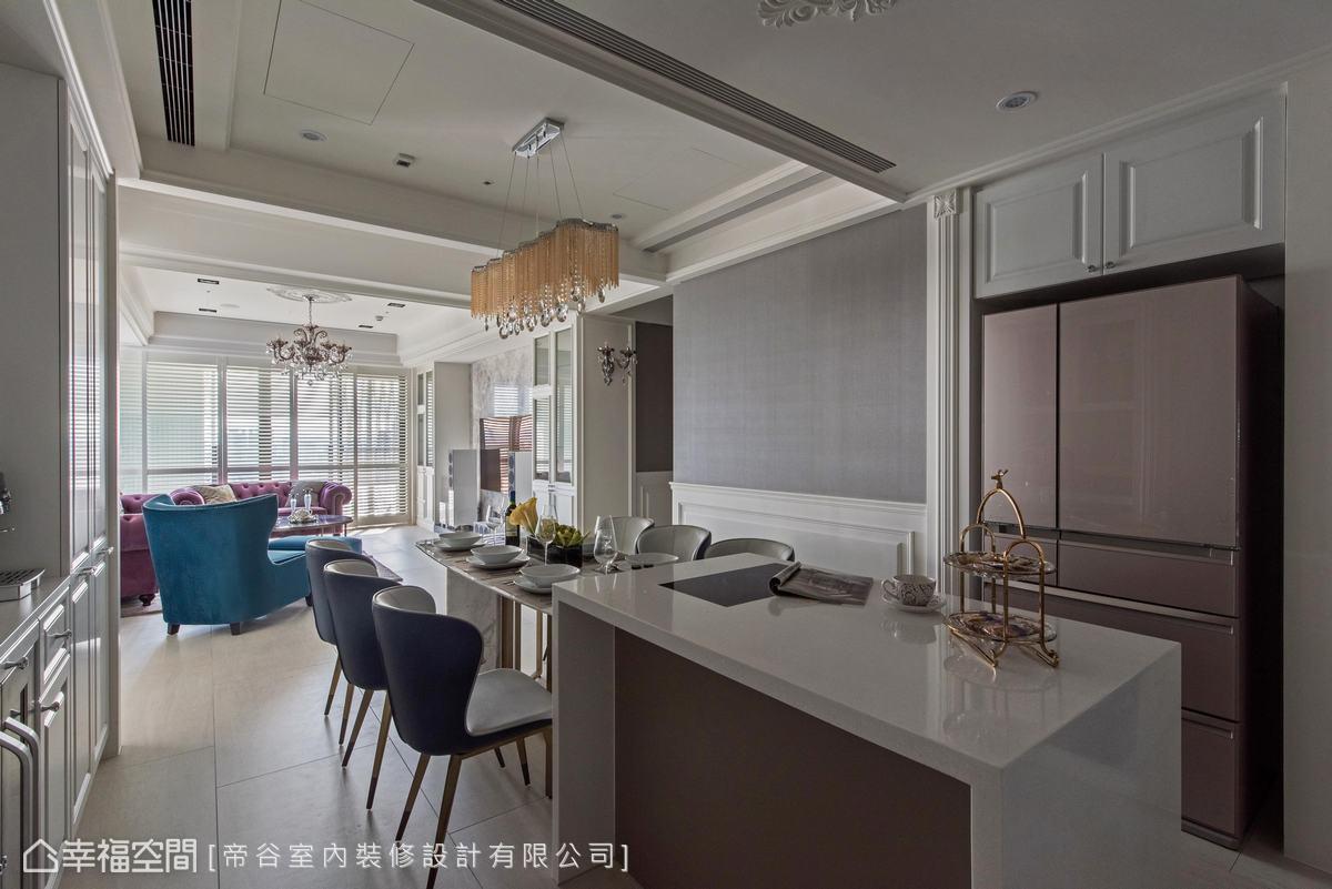 依循屋主生活習慣,將餐廚空間整合,並植入充足收納,創造美感機能兼具的餐敘情境。