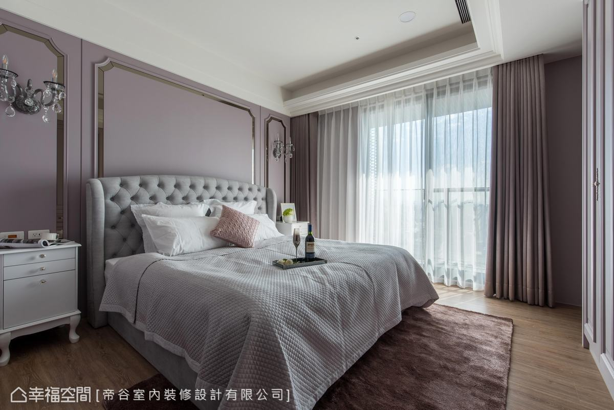 鏡面搭配線板的床頭勾摹美式風情,而薄透窗紗及古典家具則增添浪漫異國情懷。