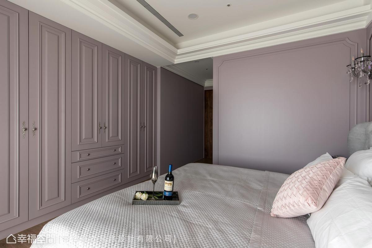 除了獨立更衣室外,於床尾牆面規劃大量收納櫃體,滿足屋主龐大的收納需求。