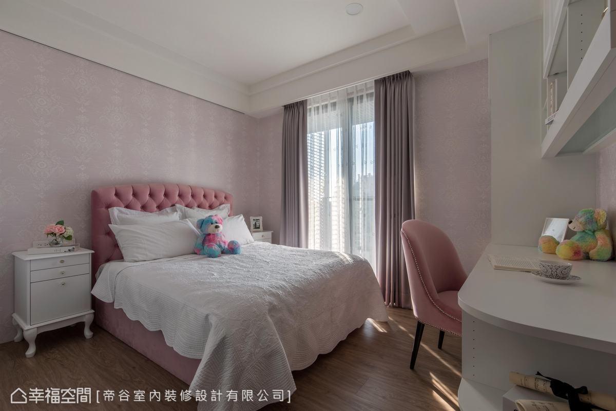 以女孩喜愛的粉色為基底,運用壁紙及拉扣床板點出雅致意韻,使小女孩變身小公主,甜蜜入睡。