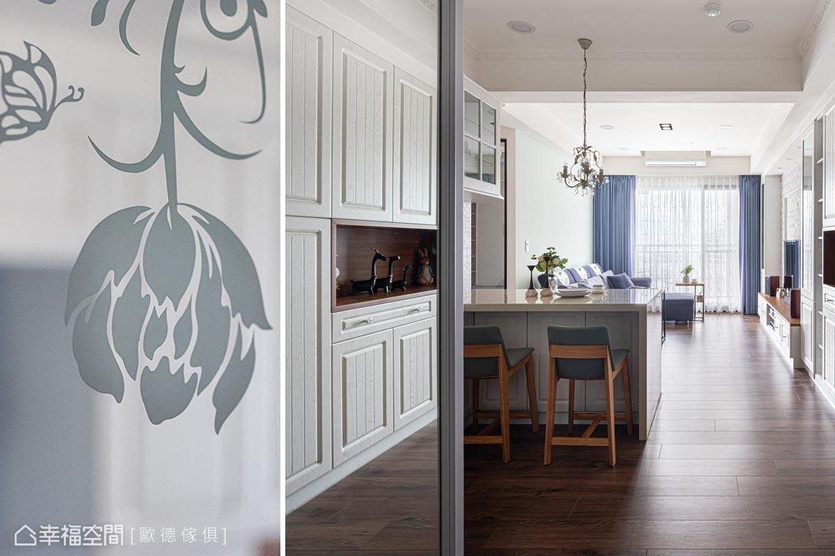 玄關左側為廚房,設置明鏡噴花--玫瑰雕花圖騰為鄉村風點題,定位出玄關區域、延展空間,兼具整理儀容機能。