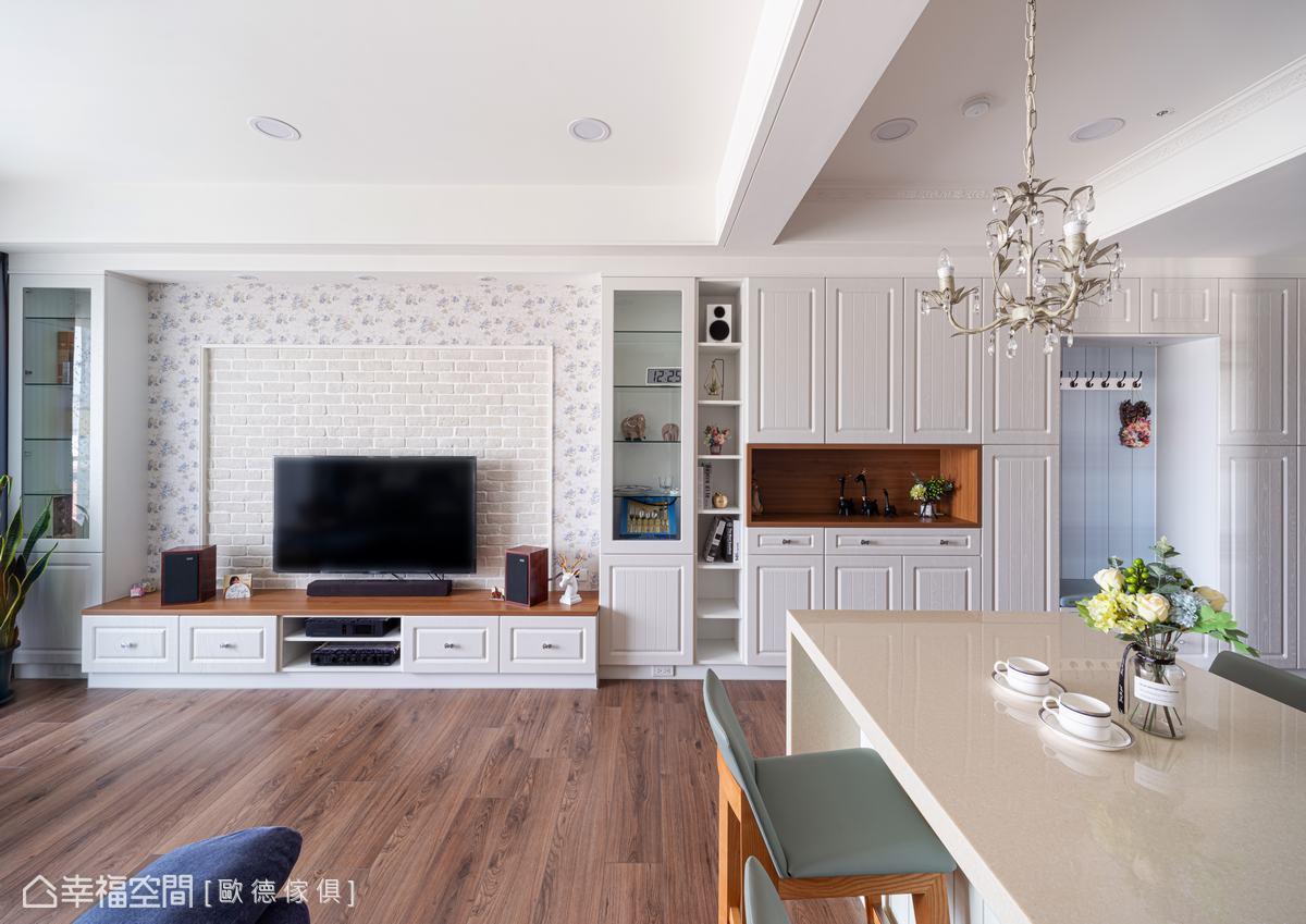 電視主牆採用花卉壁紙與文化石搭配,透過異材質拼接,接壤處以線板收邊增添層次,混搭出濃濃的鄉村風格,帶出空間主題。