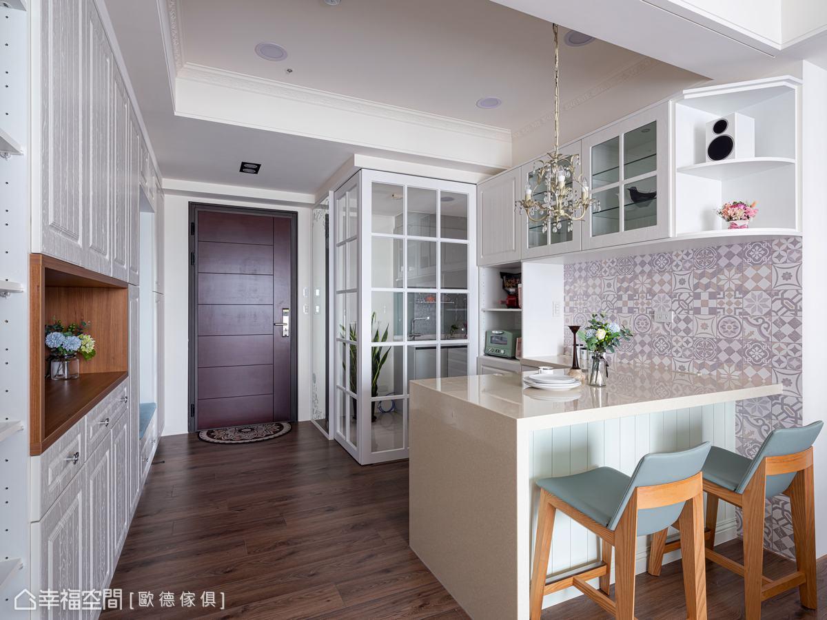 原餐廳與廚房動線不佳,格局重整敲除隔間牆與防爆門,裝設穿透感的清玻拉門,引光入室防油煙味四溢。