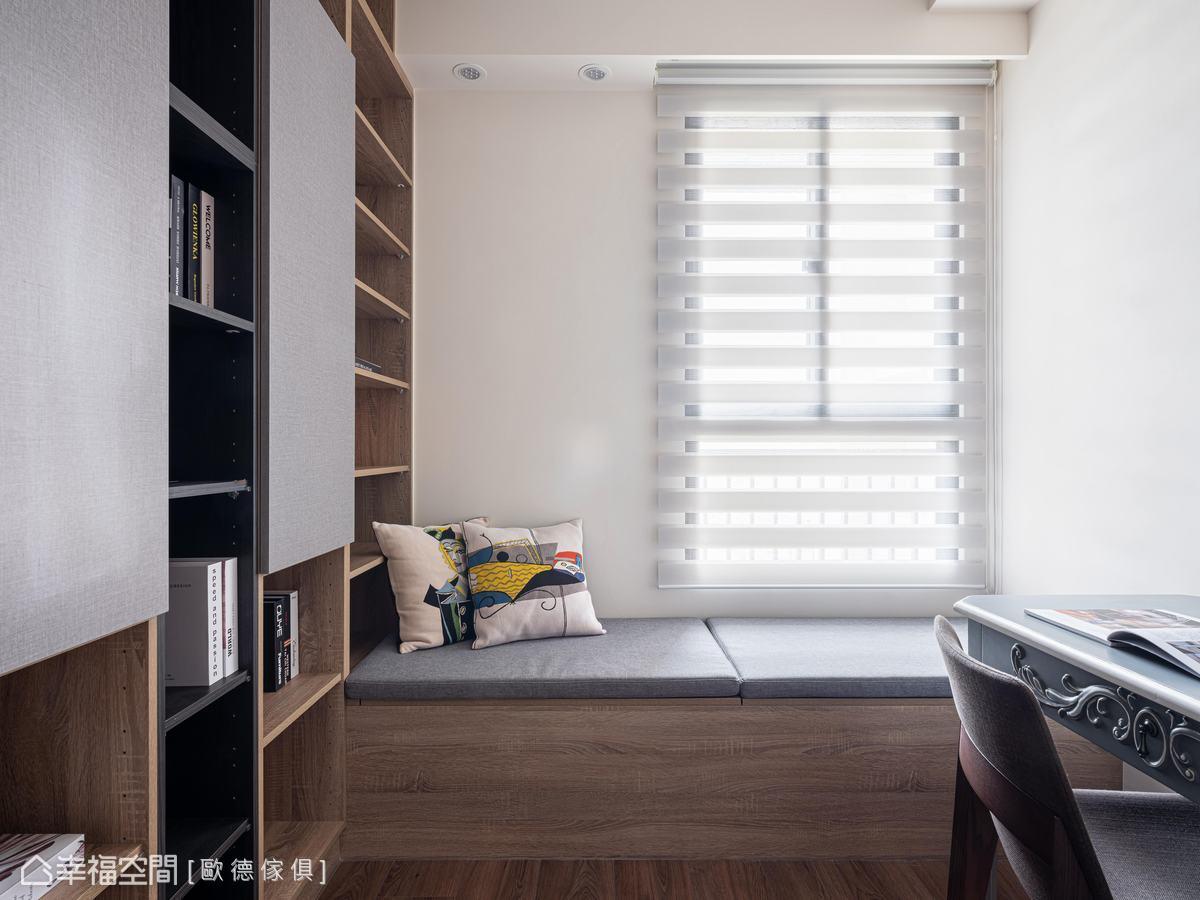 以灰織紋與淺棕木紋色系塑造沉靜安定的書房空間,植入大面書櫃放置藏書,臥榻具有上掀式收納功能,成為舒適閱讀角落。