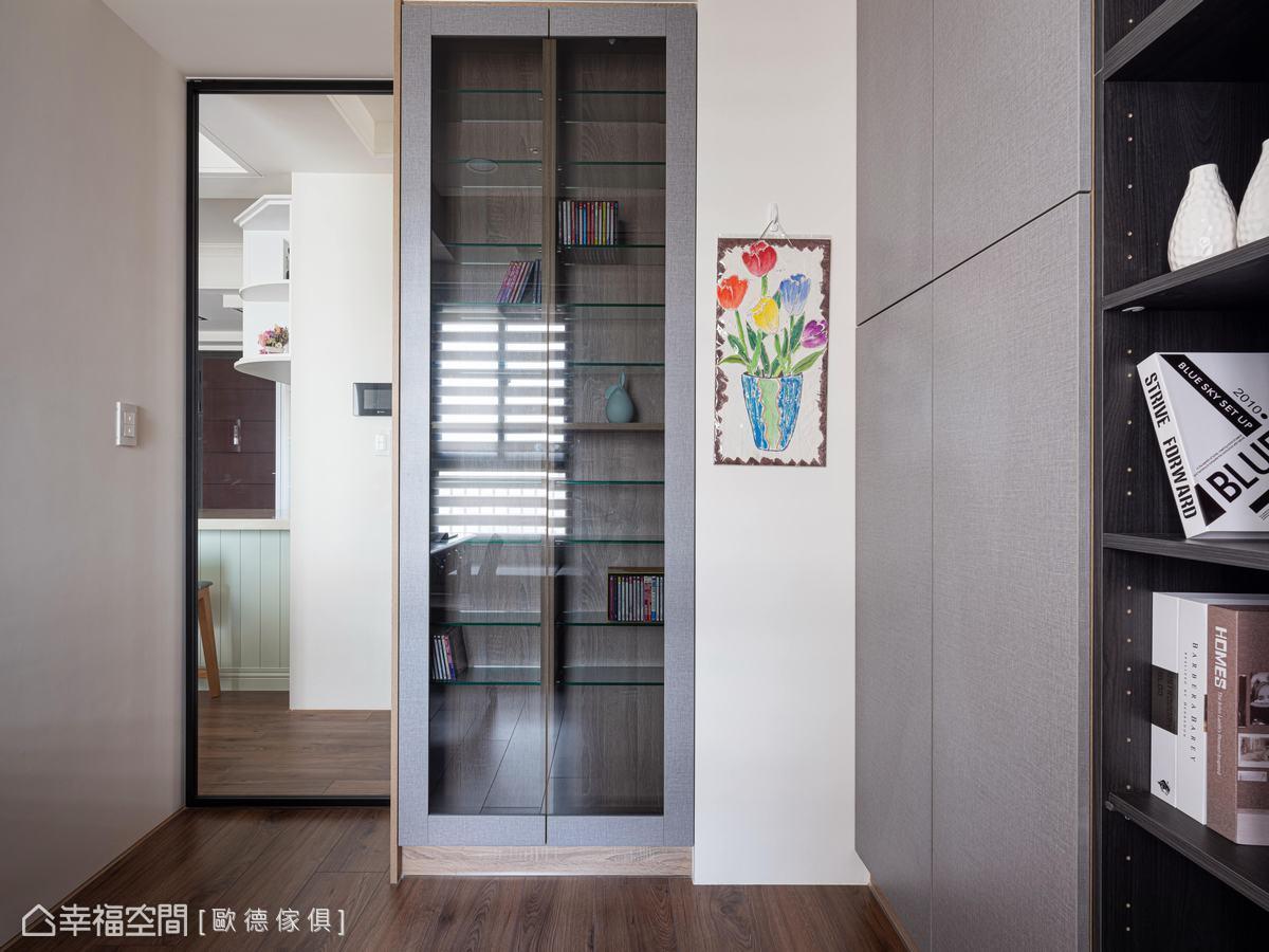 廊道與書房CD櫃為雙面設計,善用空間,以容納屋主大量的收藏。