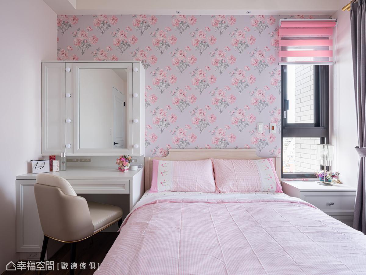 主牆花卉壁紙展現鄉村風,梳妝台由白色框飾門板構築,鏡面泡泡燈營造復古感,圍塑出女主人的輕柔美,Order克洛伊床墊賦予安適睡眠時光。