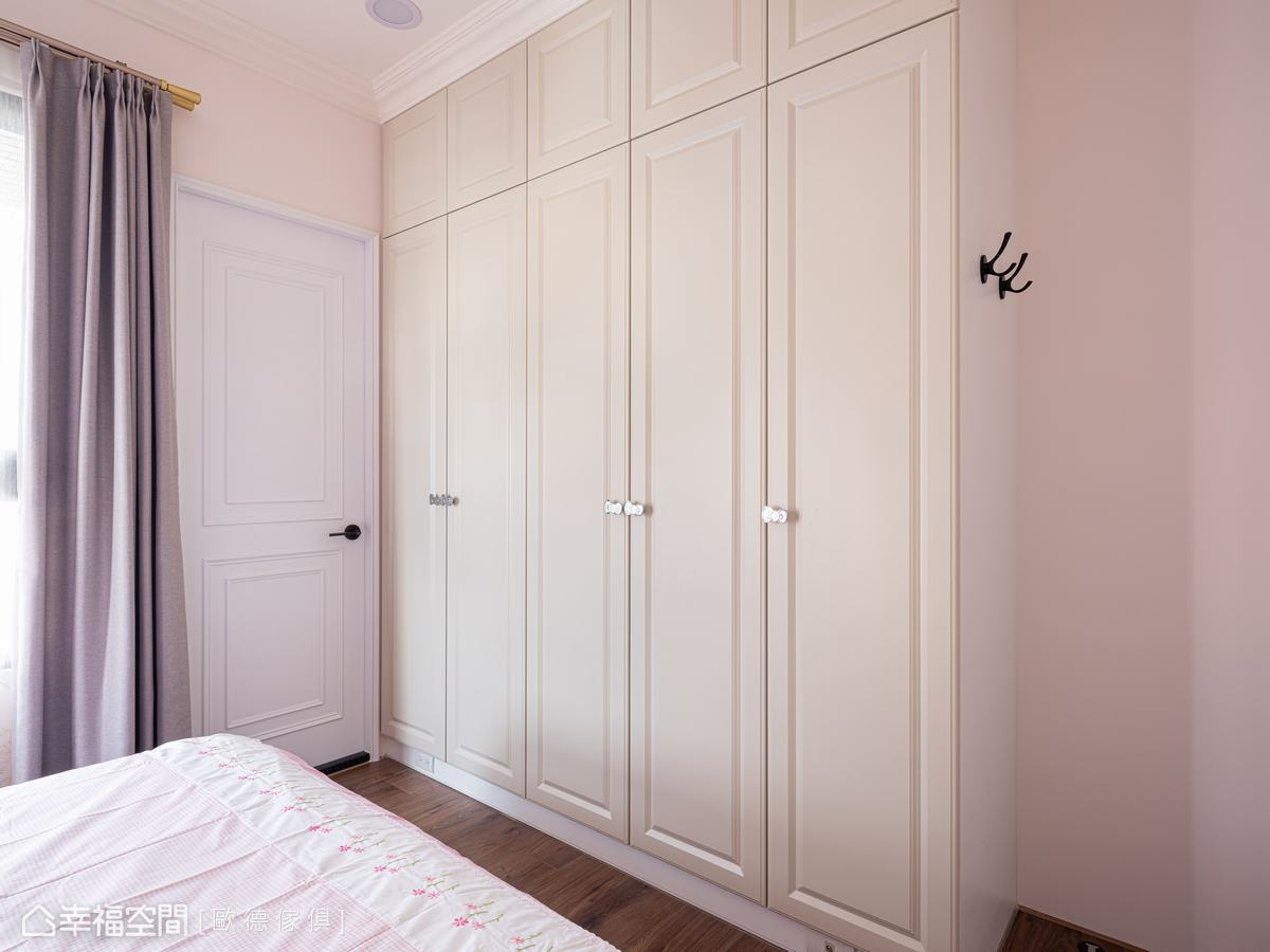頂天衣櫃選用米白色歐德陶烤門片,搭配Hello Kitty蝴蝶結把手,簡潔優雅點綴甜美氣息,天花以木作歐式線板銜接,符合整體設計主軸。