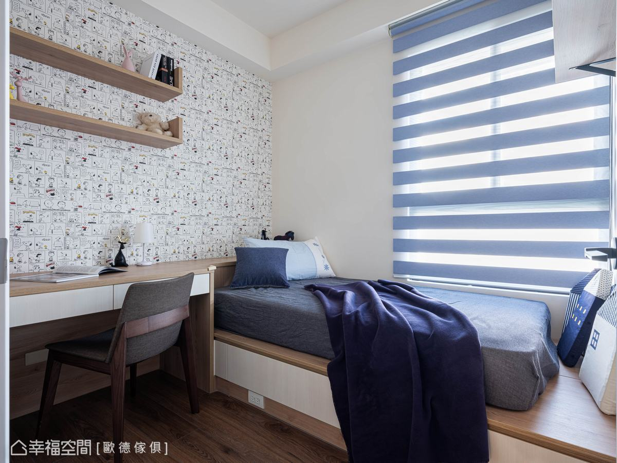 以卡通壁紙、層板書架為主牆,搭配藍色寢具、遮光簾,塑造出清爽、活力的男孩房。