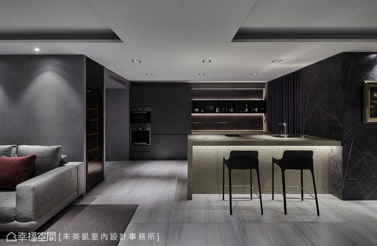 延伸沙發背牆的轉角處,除了植入一整面紅酒櫃,吧台後方還有男主人自己收藏的烈酒櫃,提供一方小酌怡情的放鬆天地。