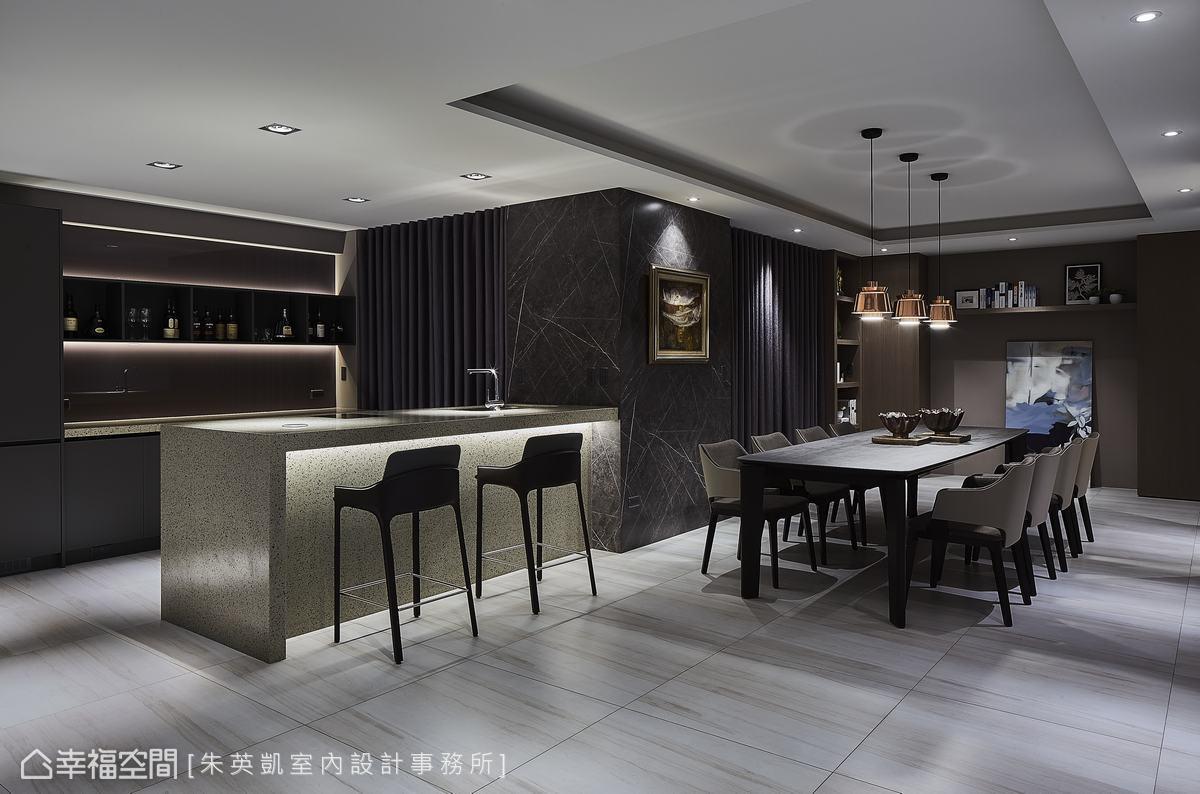 吧台區域連著品茗餐敍區,牆面利用格柵線條交織多變的現代風情,利用燈光投射慵懶放鬆的情調。