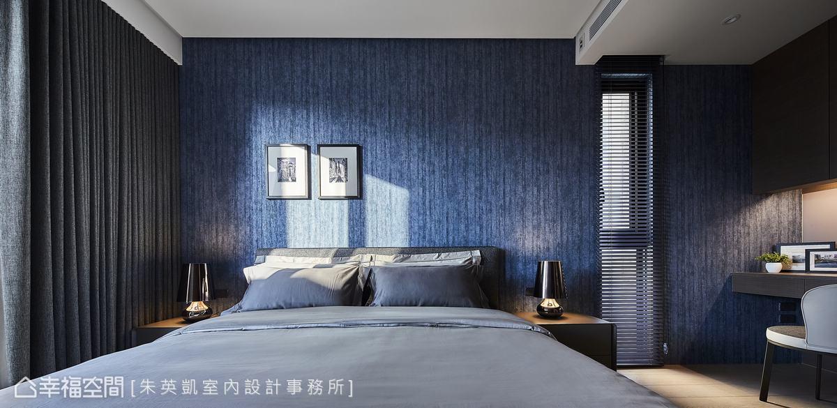 不同於其它空間,哥哥的臥房以藍色壁紙烘托出優雅年輕的紳士品味。