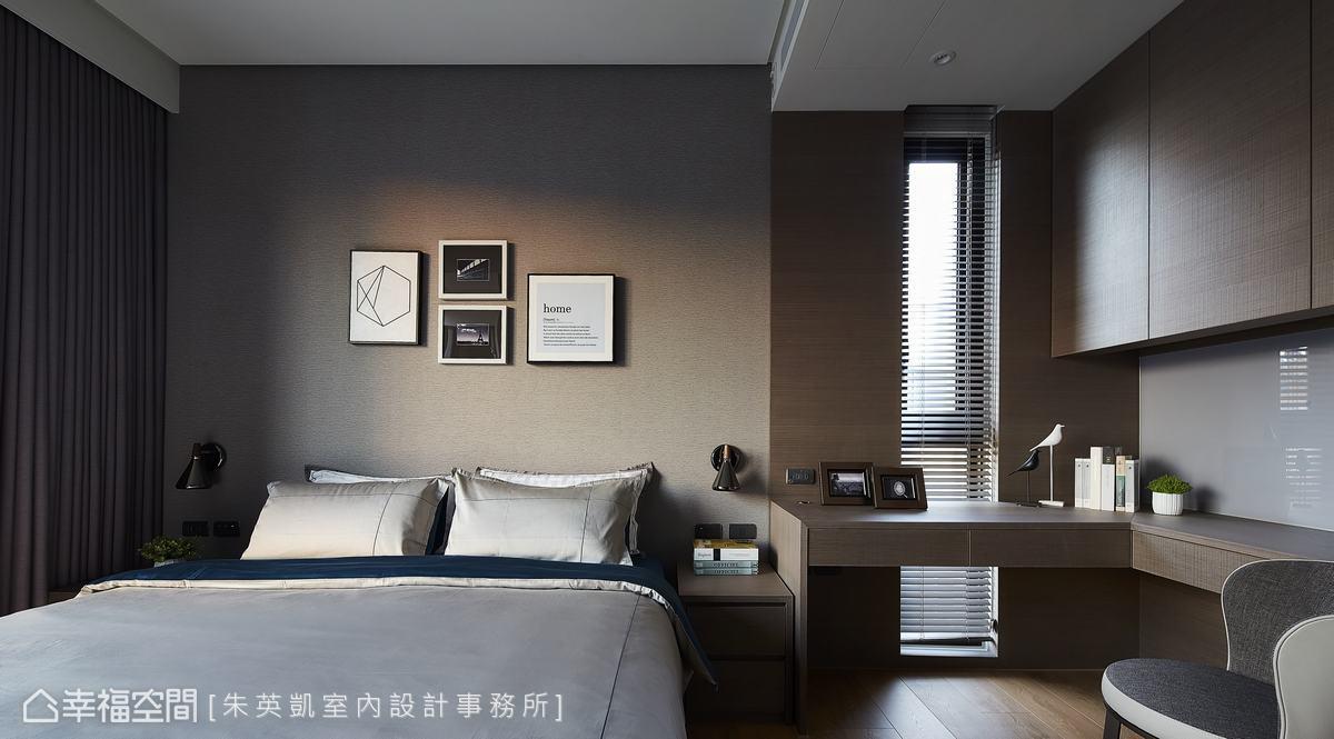 弟弟的臥房延續一貫的低彩度灰,L型的書桌配置,讓空間動線更為柔和流暢。