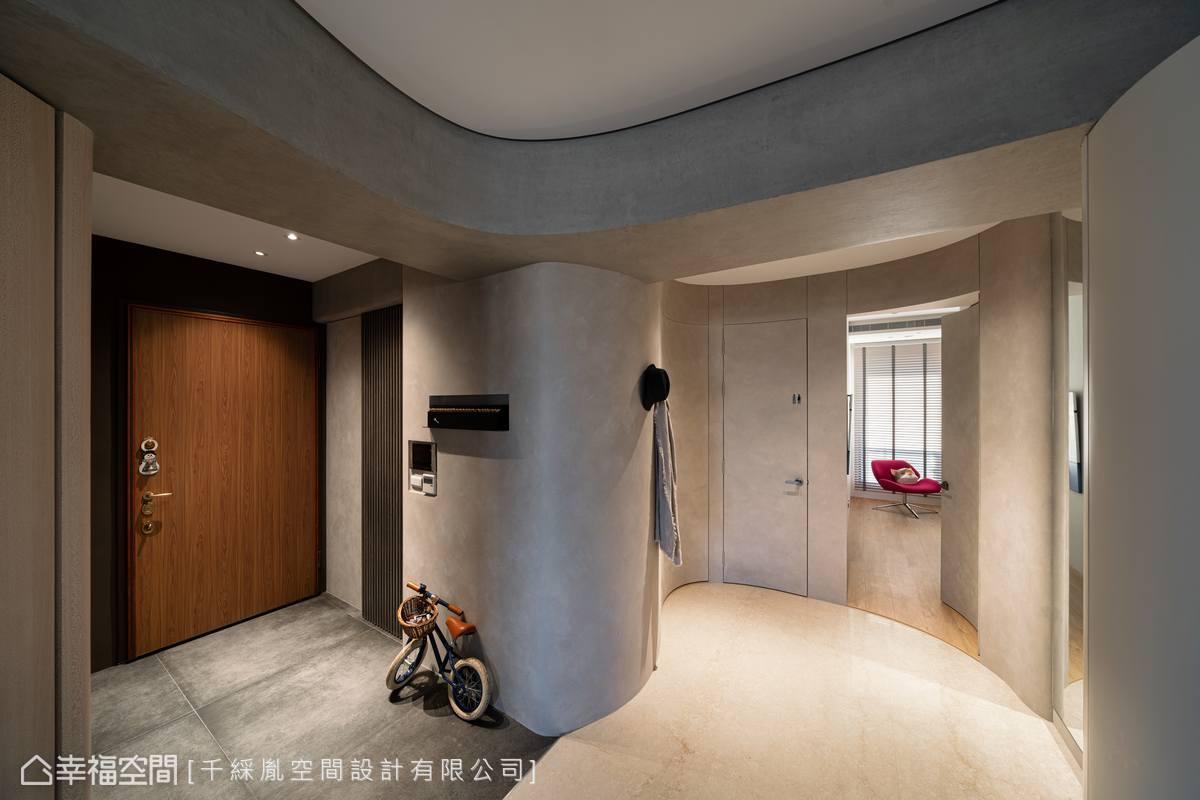於轉角的畸零空間,植入收納機能放置瑣碎小物,並挪移主臥室入口,完成圓形小廣場,為從事網拍的屋主騰出素淨的優質攝影環境。
