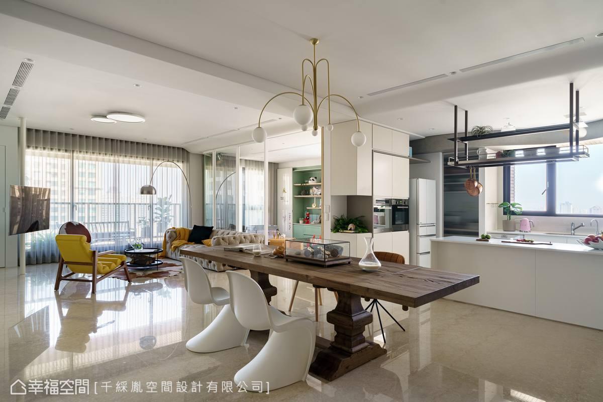廚房中島檯面上方新增鐵件吊櫃,並結合照明,加強使用性及視覺層次。