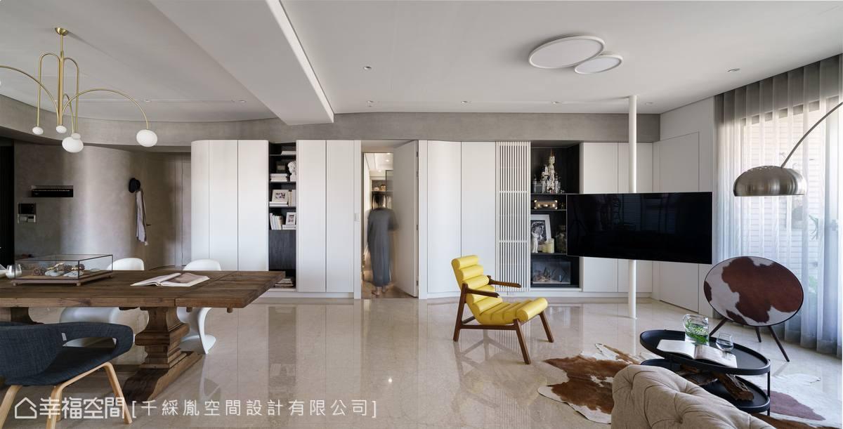 收納牆中的電器櫃以格柵門提升透氣性及遙控靈敏度,而主臥牆面也很順理成章藏在中間,牆面底下還裝設燈帶,營造懸空視覺,既實用又美觀。