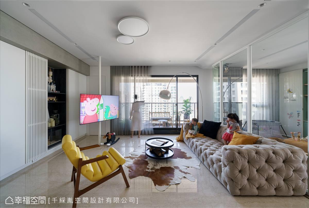 將電視鎖在鐵柱上,使電視能自由旋轉,觀看更方便有彈性。