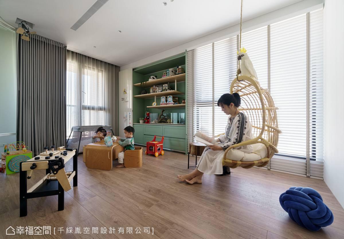 配置吊椅讓家長陪伴小孩時也能休憩、閱讀。此外,還貼心加裝窗簾確保隱私,使遊戲室在未來也可當作客房使用。