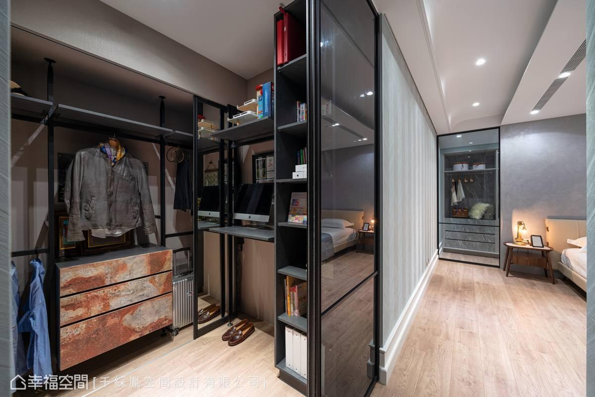 臥室入口處以立柱及仿鏽蝕板材構築男主人更衣室,床頭刷塗具珍珠光澤的威尼斯特殊漆,後方空間規劃整面收納櫃及掛勾建構出女主人的更衣室。