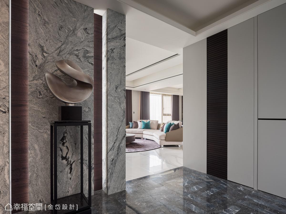 地坪為客製化圖騰,以兩種相近色系的石材拼接,立面為仿沖面的山水石,相互搭配出低調奢華感。